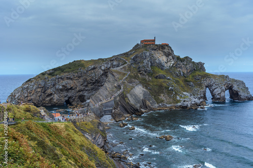 Photo  A right side view of the path & stairway to the gaztelugatxe island, low tide moment