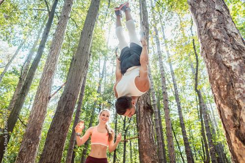 Papiers peints Echelle de hauteur Man and woman doing functional fitness and sport in outdoor gym
