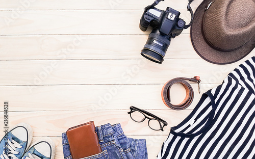 Fotografía  Casual apparel and accessories on a background of wood.Topview