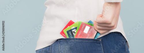 junge frau mit mehreren kreditkarten in der gesäßtasche Wallpaper Mural