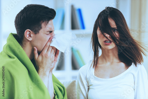 Fotografia  Sick Brunette Male at Cute Shocked Girl.