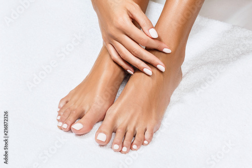 Crédence de cuisine en verre imprimé Pedicure Beautiful female feet with perfect manicure.