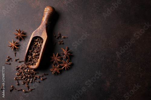 Foto op Plexiglas Aromatische Mulled wine ingredients spices. Star anise and cardamom