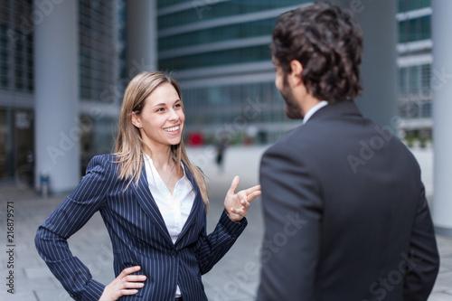 Papiers peints Echelle de hauteur Business people discussing