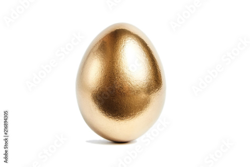 Foto One golden egg isolated on white background. Conceptual image