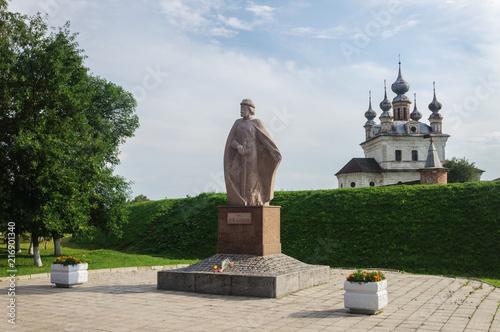 In de dag Historisch mon. Monument to Prince Yuri Dolgoruky in Yuriev-Polsky