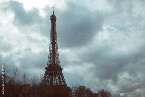 Deurstickers Eiffeltoren Eiffel tower against the cloudy sky, rain clouds, drama, autumn