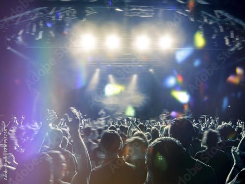 Plakat Sylwetki ludzi przed dużą sceną koncertową