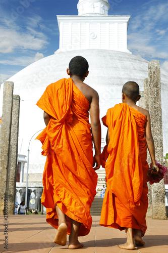 Fotografía monks coming in ruwanwelisaya stupa in anuradhapura historical parc ,Sri Lanka