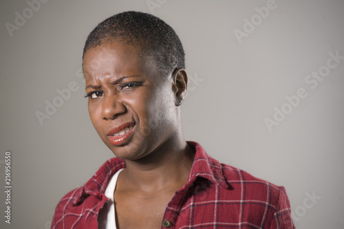 Photo lifestyle portrait if young unhappy and pretty afro American woman in contempt a