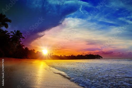 kolorowy-zmierzch-na-tropikalnej-plazy-piekny