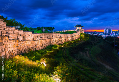 Canvastavla Hwaseong Fortress in Suwon, Hwaseong Fortress is the wall surrounding the center of Suwon