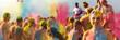 canvas print picture - Breitbild - Holi Fest begeisterte Menschen jubeln auf einem Holifestival, tanzen und werfen mit buntem Holipulver, Junge lacht in die Kamera