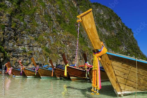 Foto op Plexiglas Asia land Longtail-Boote an der Maya Bay in Thailand