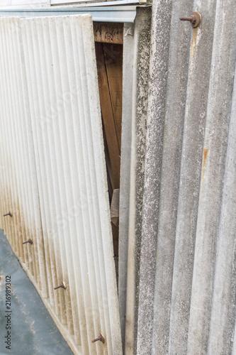 Fotografie, Obraz  外れた倉庫の壁