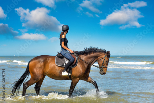 Garden Poster Horseback riding cavalière sur la plage ensoleillée