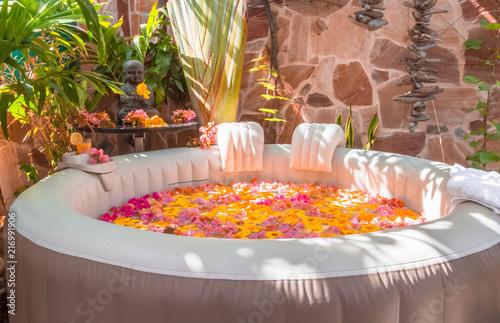 spa fleuri pour moment de relaxation et de bien-être Fotobehang