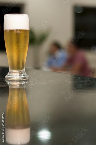 Fotografie, Obraz  Taça de Chopp sobre o balcão