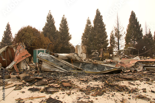 Fotografía  home burned to the ground in the recent wild fire fire storm in Redding, California