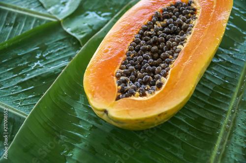 Fotografía  A Half of Fresh Raw Exotic Tropical Thai Fruit Carica Papaya on Banana Leaf
