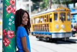 Lachende Brasilianerin mit Strassenbahn in Rio de Janeiro