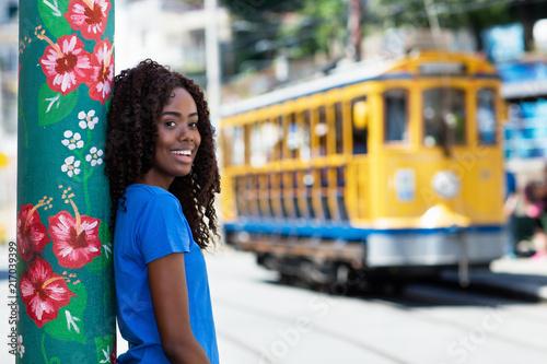 Lachende Brasilianerin mit Strassenbahn in Rio de Janeiro Canvas Print