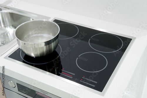 Fototapeta piastra ad induzione in una cucina moderna obraz