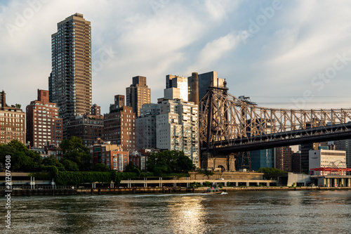 Foto op Aluminium New York New York City / USA - JUL 31 2018: Queensboro Bridge and midtown view from Roosevelt Island in the early morning