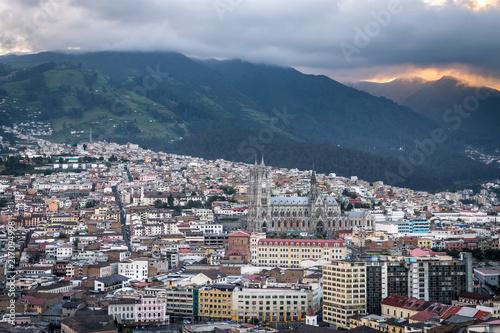 In de dag Zuid-Amerika land Coucher de soleil à Quito, Équateur