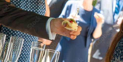 Deurstickers Buffet, Bar bufett belgete brötchen in hand mann frau hält canapes Canapé canape