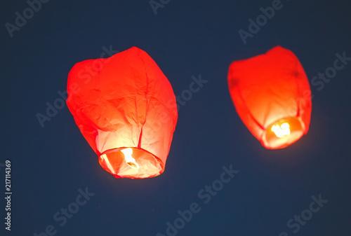 Photo Flying lantern in the dark sky