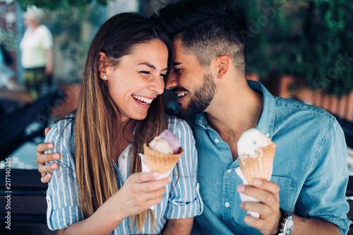 Foto Happy couple having date and eating ice cream