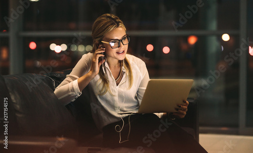 Obraz Businesswoman doing video call in office - fototapety do salonu