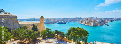 Poster Piscine Observe Grand Harbour of Valletta from St Peter and Paul bastion, Malta