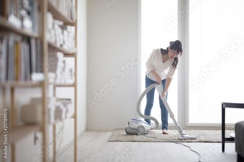 掃除機・女性 Wallpaper Mural