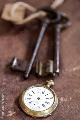 Fotografía  clé anciennes et montre gousset sur fond rouillé 2