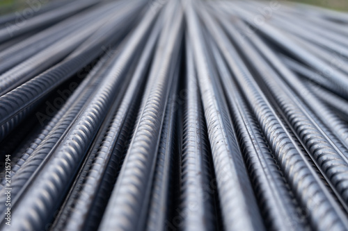 Fotografia Stack of heavy metal reinforcement bars with periodic profile texture