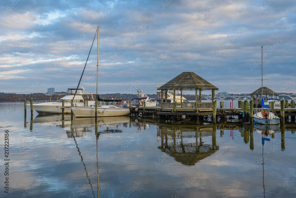 Fototapeta Gazebo and boats on the waterfront in Alexandria, Virginia