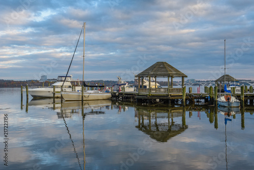 Fotografia, Obraz Gazebo and boats on the waterfront in Alexandria, Virginia