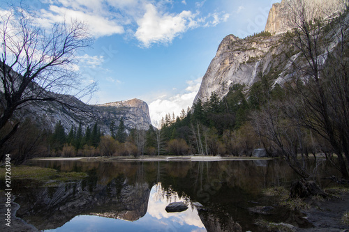 Foto op Plexiglas Grijze traf. Tranquil landscape of pond in mountains