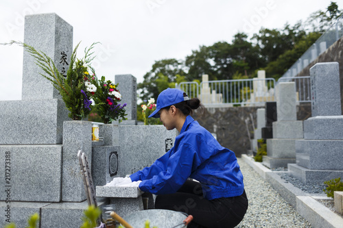 Tablou Canvas お墓の掃除をする作業服の女性