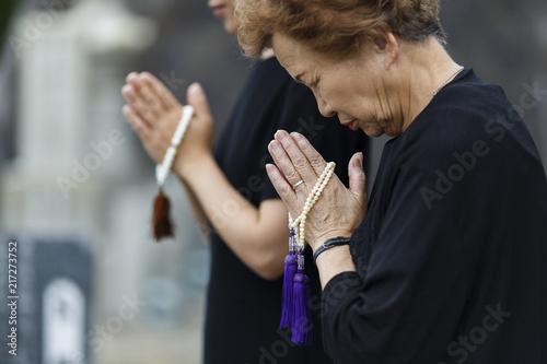 Photo お墓参りをする女性