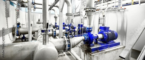 Photo  new shiny pipes and large pumps in industrial boiler room