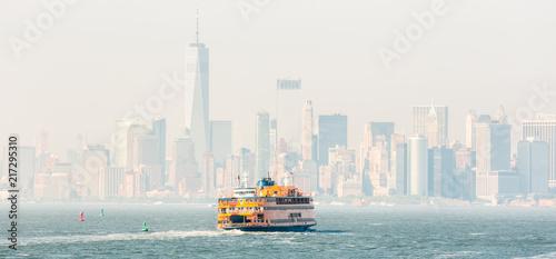 Deurstickers New York City Staten Island Ferry and Lower Manhattan Skyline, New York City, USA.