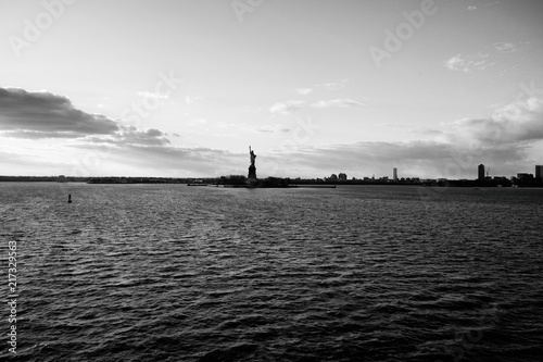 Pinturas sobre lienzo  Hudson river view with the silhouette of the statue of Liberty against the blue sky and infinite horizon at sunset