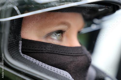 Poster Motorise Rennfahrerin mit Helm und Sturmhaube