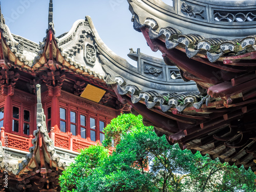 Papiers peints Con. Antique Traditional chinese building with ornate roof and red windows at Yu Gardens, Shanghai, China