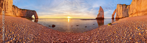 Photo Beautiful Etretat beach at surise, costline panorama, France