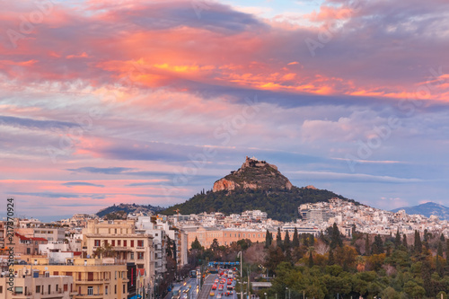 Photo Mount Lycabettus towering above of the roofs of Old Town at gorgeous sunset in A