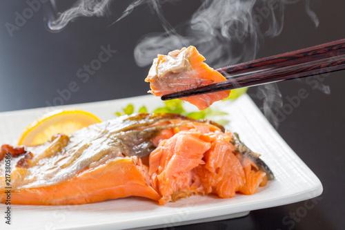ゆげが上がる鮭の塩焼き
